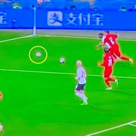 FIFA lên tiếng về việc có 2 trái bóng trên sân trong bán kết Anh và Đan Mạch